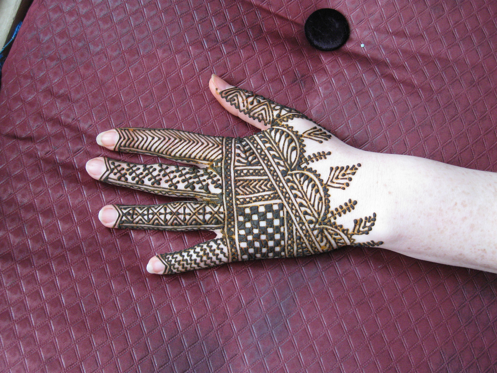 beautiful mehndi pattern for hands