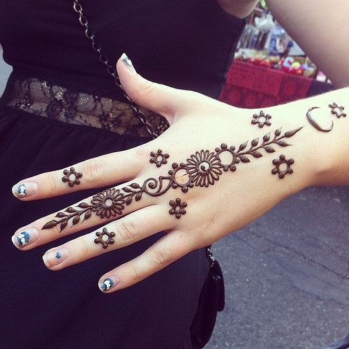 mehndi design on back of hand