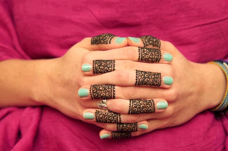 simple henna design on fingers