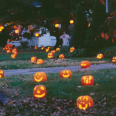 happy-pumpkins-yard-decoration