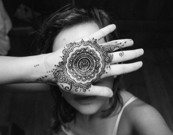 awesome tikki pattern henna on hand