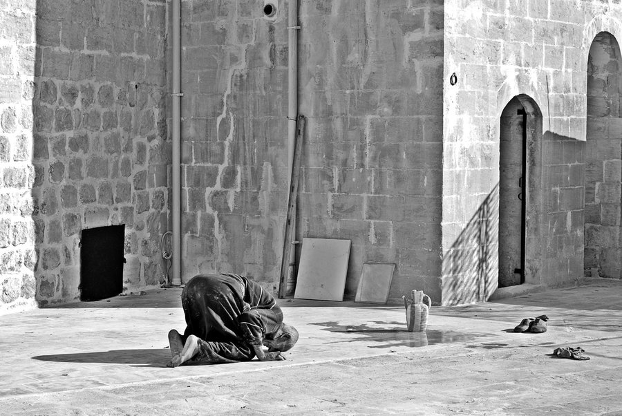 performing the namaz in Mardin