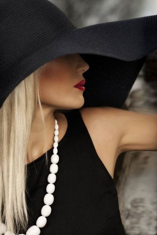 luxury looks with black outfit and red lipstick