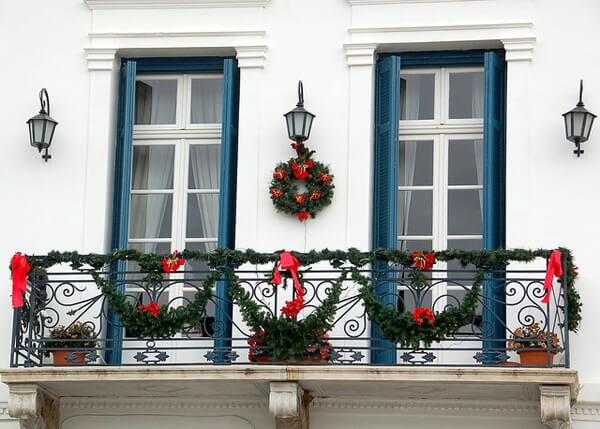 green and red christmas balcony decorating ideas