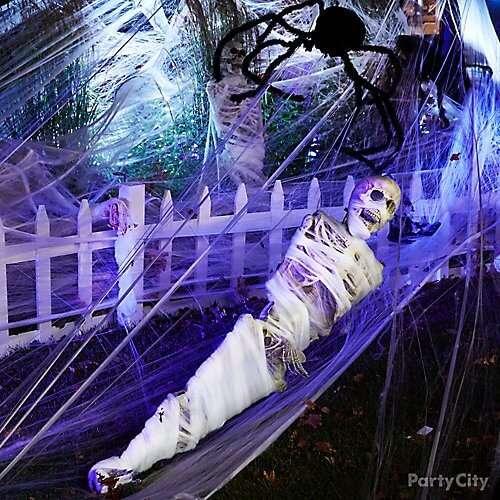 scary outdoor halloween skeleton mummy decoration idea